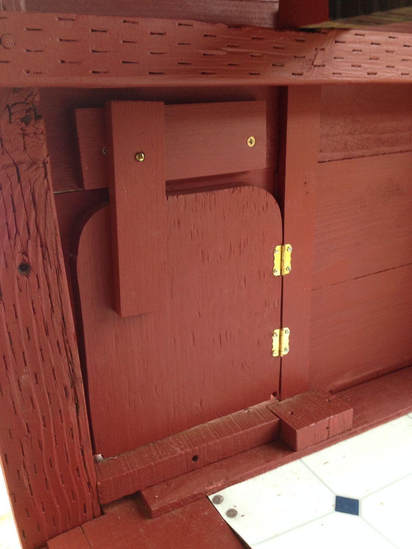 Coop door, with rotating locking bar
